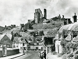 Corfe Castle and the Greyhound Pub - Ref: VS1935
