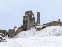 Looking Up at Corfe Castle in the snow - Ref: VS1841